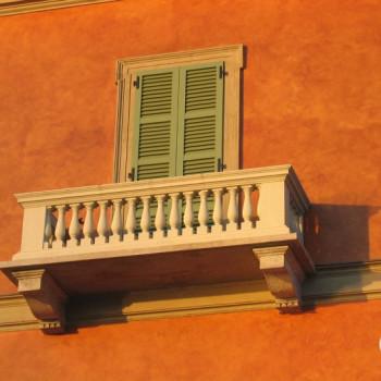 Haus mit Balkon als Momentaufnahme