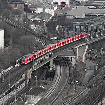 S-Bahn bei der Einfahrt im Bahnhof Köln-Deutz