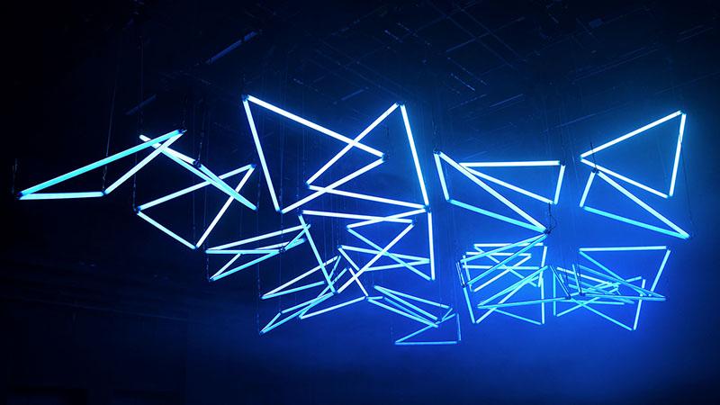 Blaue Dreiecke aus Licht als Kunst auf der Luminale