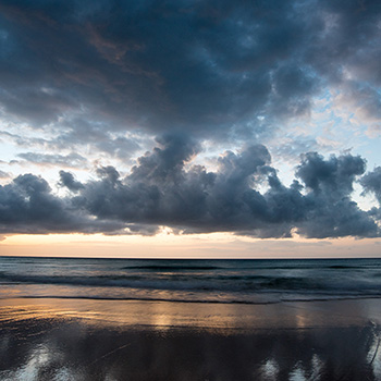 Sonnenaufgang mit schönen Wolken