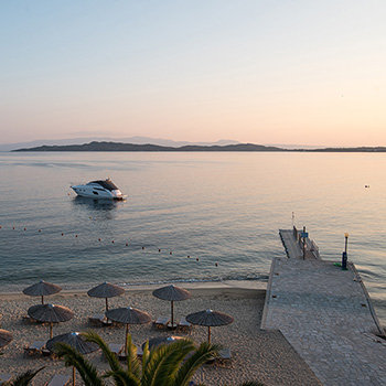 Strand und Boot am Abend Ouranoupolis Griechenland