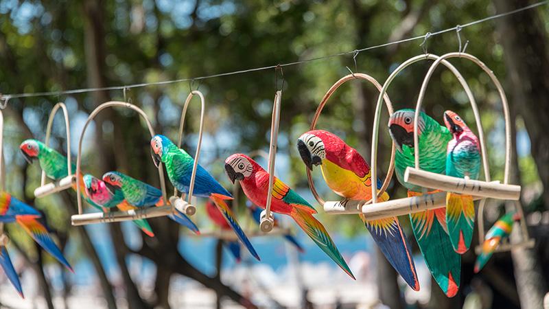 Bunte Papageien aus Holz
