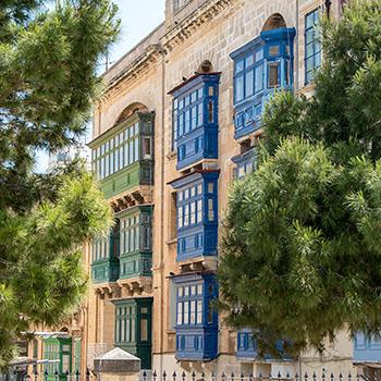 Bunte Holzbalkone in Valletta