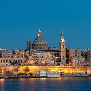 Skyline von Valletta bei Nacht