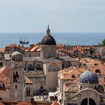 Altstadt von Dubrovnik mit Piratenschiff