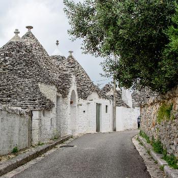 Straße mit Trulli Haus in Alberobello