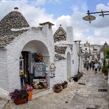Gassen mit Trulli Häusern in Alberobello