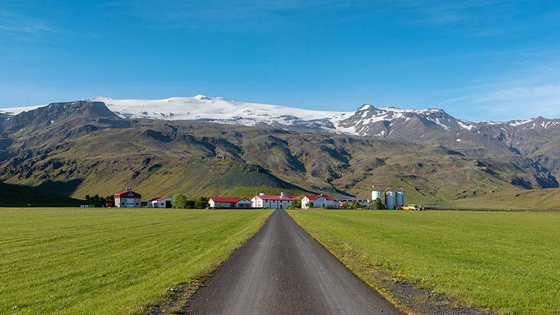 Porvaldseyri Farm mit Bergwelt in Island