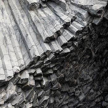 Schwarze Steinsäulen