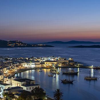Hafen von Mykonos bei Nacht