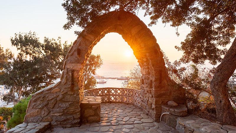 Sonne mit Steinbogen