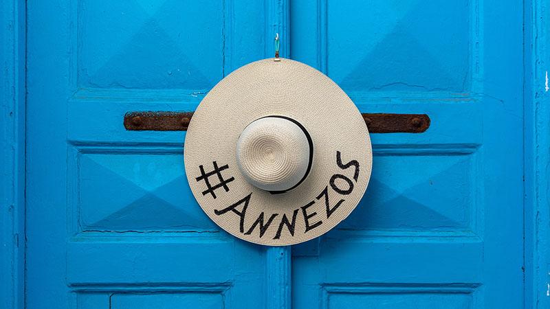 Blaue Tür mit Hut am Annezos