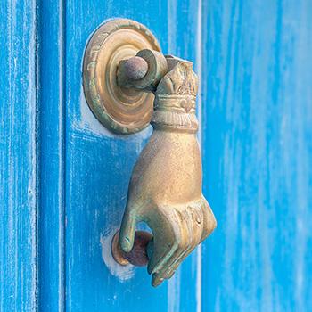 Blaue Tür auf Santorin