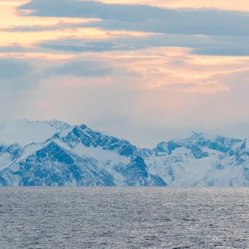 Schneeberge im Fjord von Tromso
