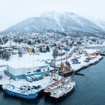 Eismeerkathedrale in Tromso und der Hausberg Storsteinen