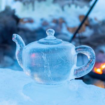 Teekessel als Eisskulptur