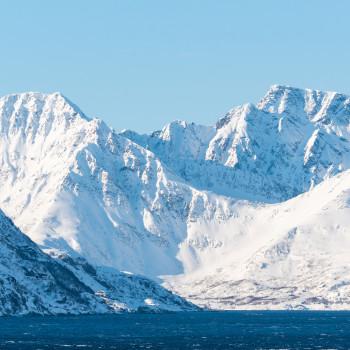 Winter mit schneebedeckten Bergen in Norwegen