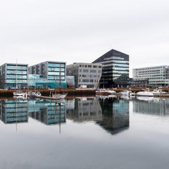 Hafen von Trondheim mit Skyline