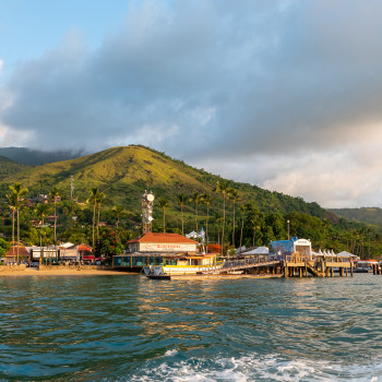 Hafen mit Bootsanleger auf Ilhabela in Brasilien