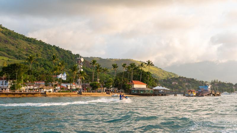 Uferpromenade von Ilhabela Stadt