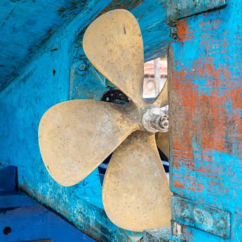Schiffsschraube eines blauen Holzbootes