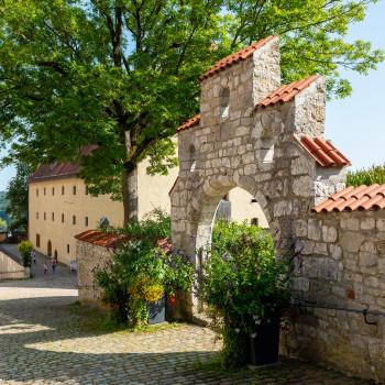 Altes Steintor im Schloss Hellenstein