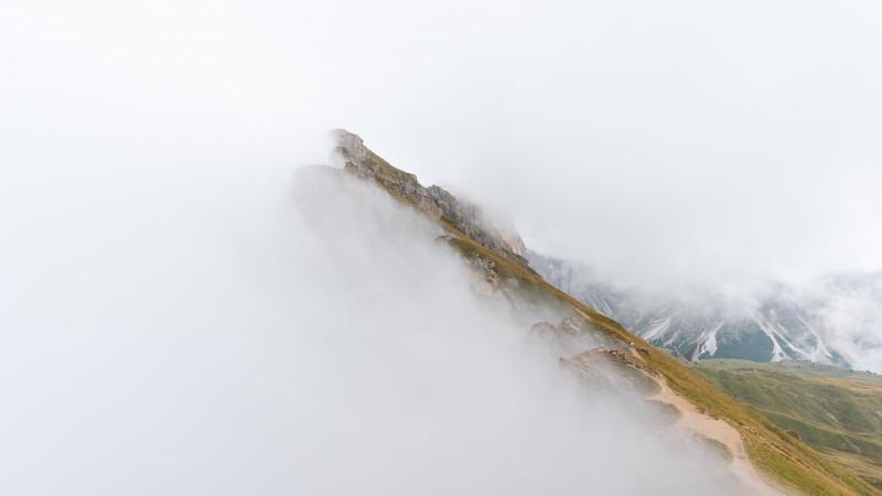 Seceda mit Wolken und Nebel
