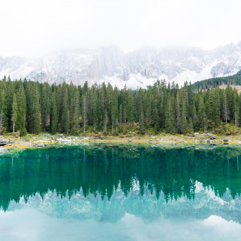 Spiegelbild von Himmel und Bergen