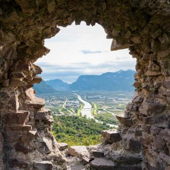 Loch in der Ruine Castelfeder