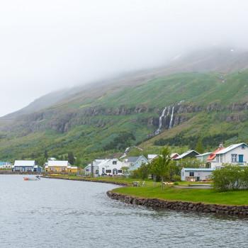 Häuser am See in Seydisfjördur