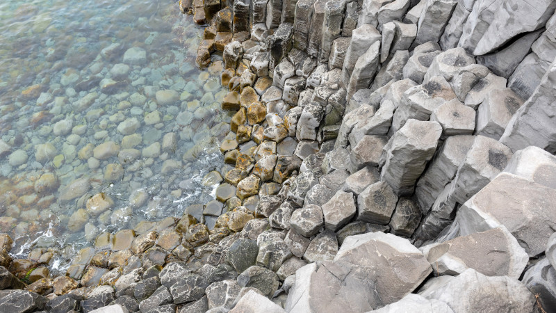 Steinsäulen am Wasser