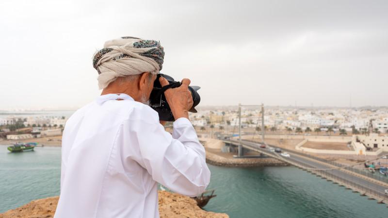 Araber mit Kamera in Sur