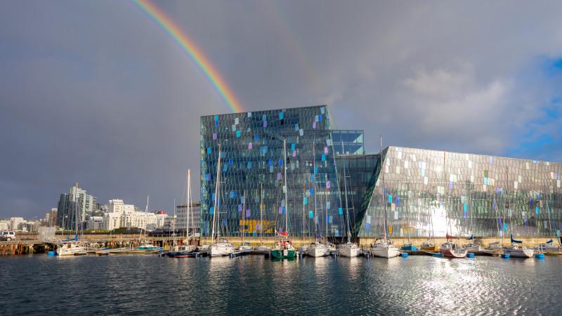 Harpa Konzerthalle mit Regenbogen