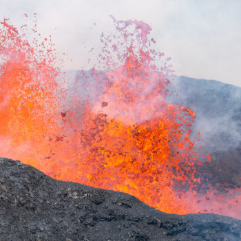 Lava Fontäne am Fagradalsfjall Vulkan