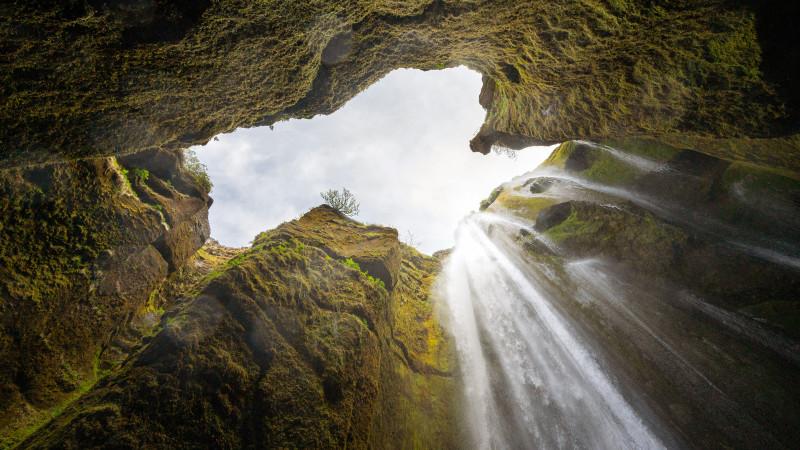 Schlucht mit Wasserfall in Island