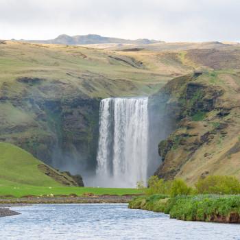 Landschaft mit Skogafoss Wasserfall