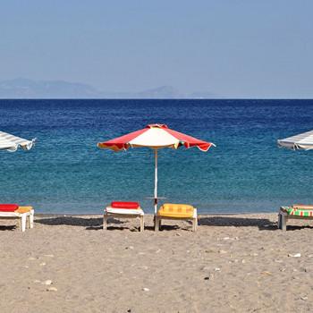 Liegestühle und Sonnenschirme am Strand