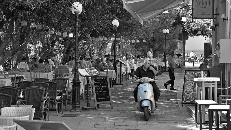Rollerfahrer in der Altstadt von Kos