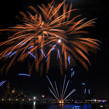 Goldenes Feuerwerk über Venedig