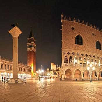 Dogenpalast in Venedig bei Nacht