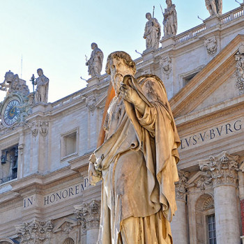 Statue auf dem Platz vor dem Petersdom