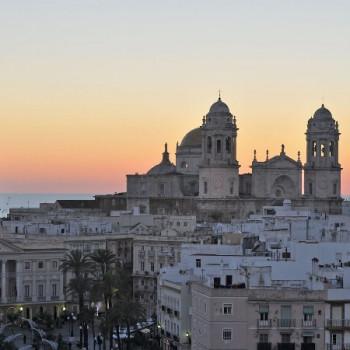 Die Skyline von Cadiz bei Sonnenuntergang