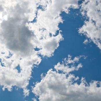 Blauer sonniger Himmel
