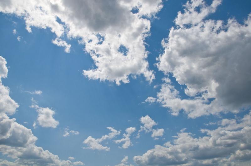 Blauer Himmel bei Sonnenschein