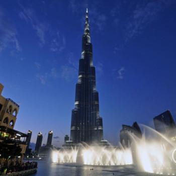 Burj Khalifa mit Wasserfontäne bei Nacht