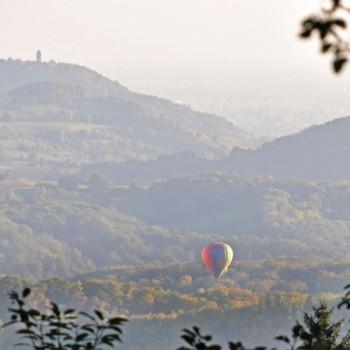 Heissluftballon über herbstlicher Bergstrasse
