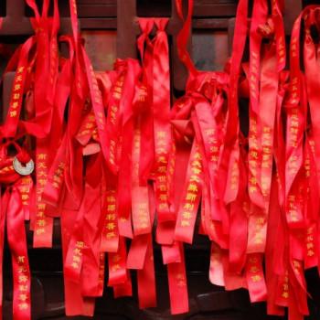 Wunschbänder an einer Tempeltür in China