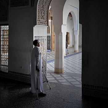 Araber mit Krücken in Marrakesch