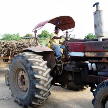 Traktor mit Fahrer in der Dominikanischen Republik